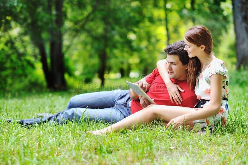 使用数字式片剂的快乐的夫妇 免版税图库摄影