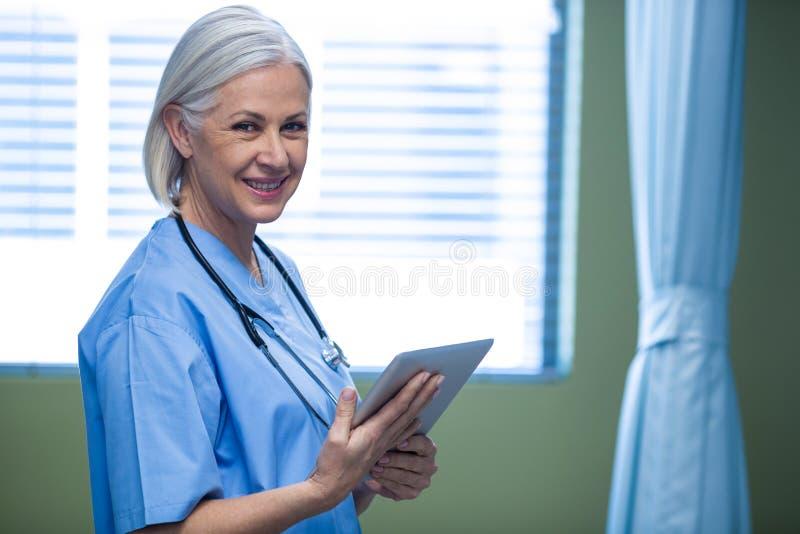 使用数字式片剂的护士 库存图片