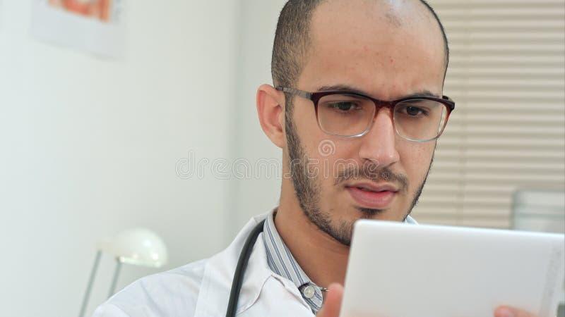 使用数字式片剂的男性医护人员 图库摄影