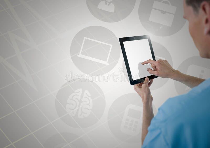 使用数字式片剂的医生反对数位引起的象 库存照片