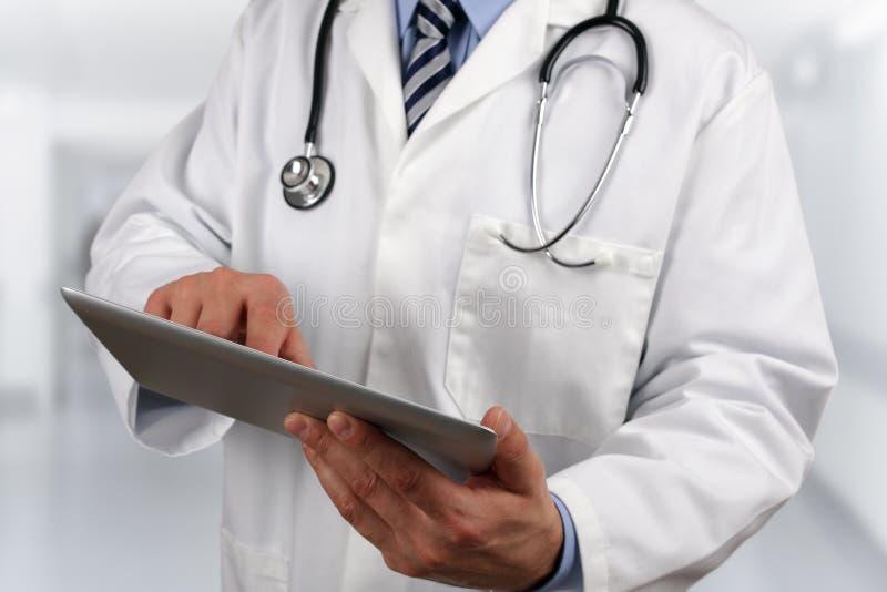 使用数字式片剂的医生 免版税库存图片