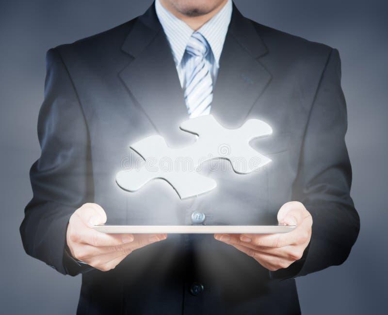 使用显示曲线锯的片断,商业决策的片剂的商人 免版税库存照片