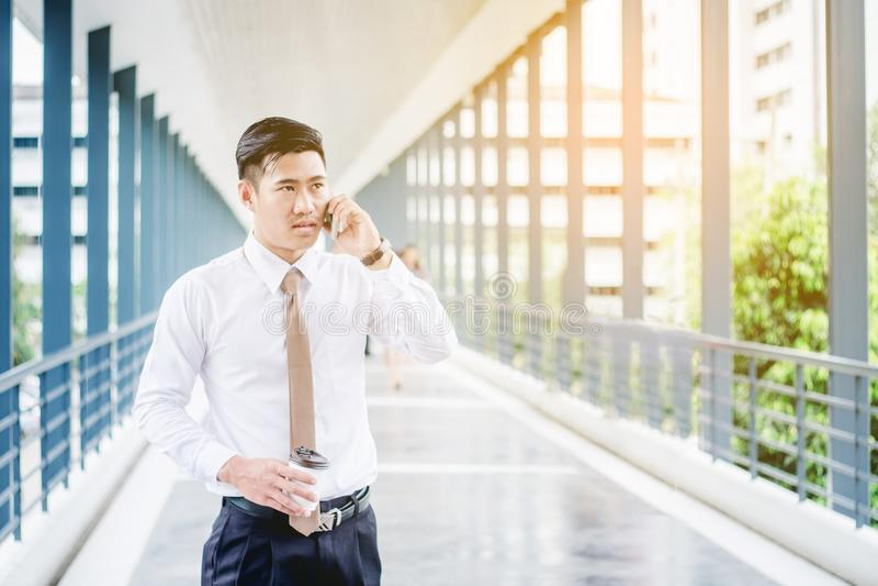 使用智能手机的专业商人谈话在他的电话 库存照片