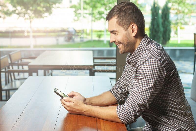 使用智能手机的人在咖啡馆 图库摄影