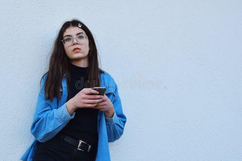 使用智能手机的女孩 免版税库存图片