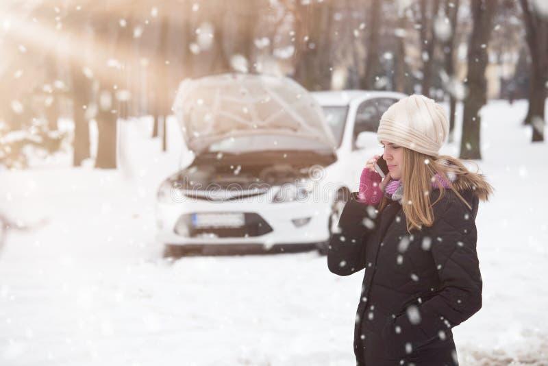 使用智能手机的妇女叫路协助 车概念 免版税库存图片
