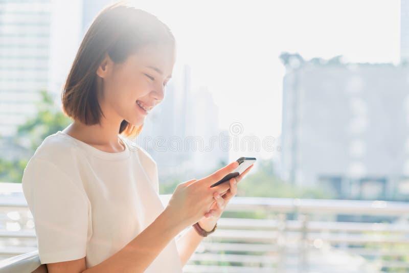 使用智能手机的妇女,在悠闲时间 r 库存图片