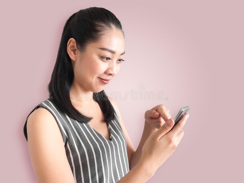 使用智能手机的愉快的妇女 免版税图库摄影