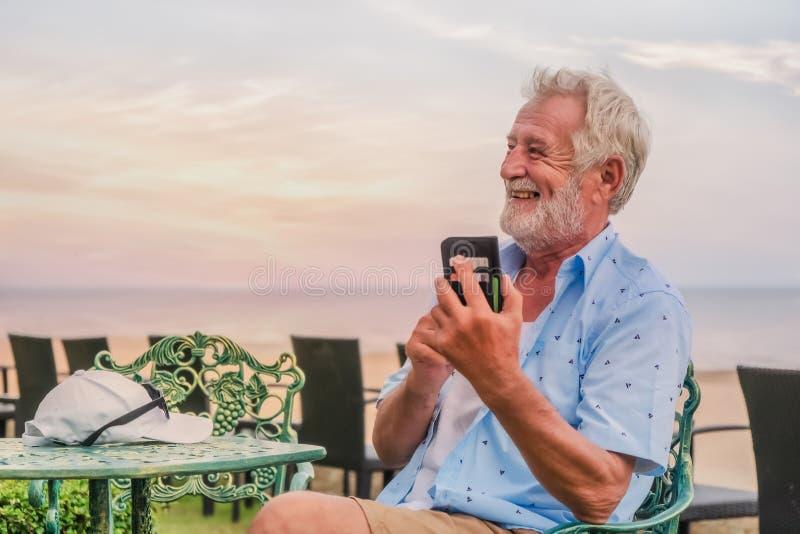 使用智能手机的愉快的白种人男性为闲谈和selfie 免版税库存图片