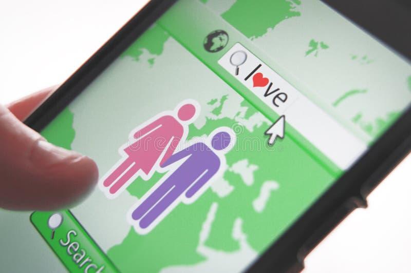 使用智能手机app的一个人正在寻找妇女 库存照片