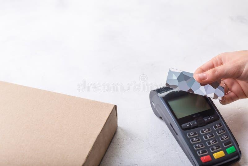 使用有不接触的信用卡的付款终端,无钱支付比萨在餐馆 库存图片