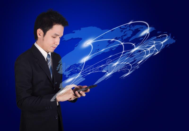 使用有世界社会媒介网络的人智能手机 免版税图库摄影
