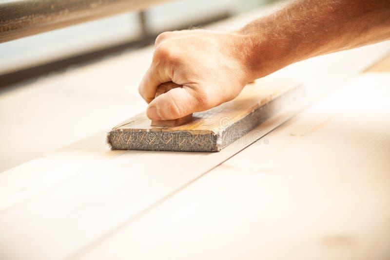 使用有把柄的木工沙磨机工具 库存照片