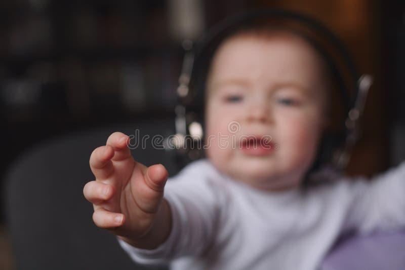 使用有mic的小男孩耳机 免版税库存照片