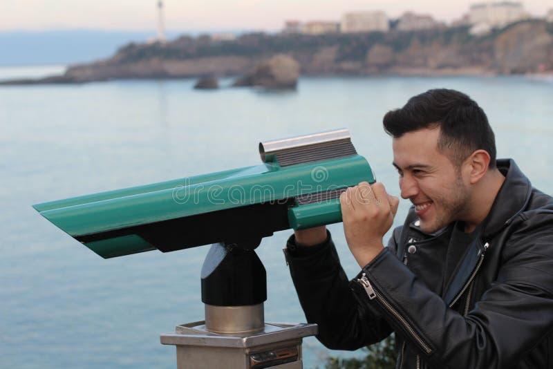使用望远镜的游人在一个假期时 免版税图库摄影