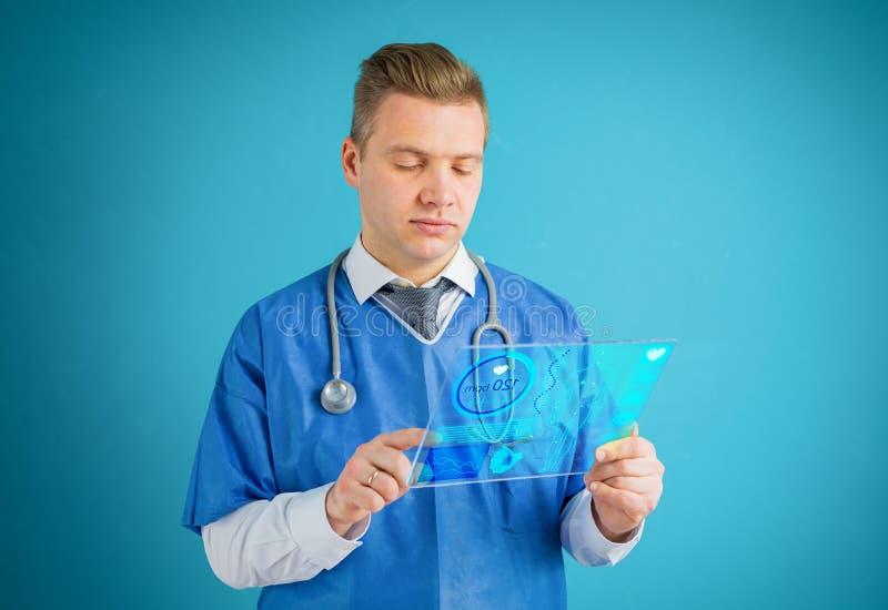 使用未来派玻璃片剂计算机的医生 图库摄影