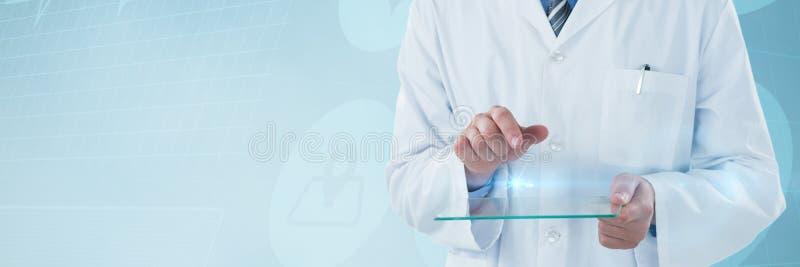 使用未来派玻璃的男性医生的综合图象 库存照片