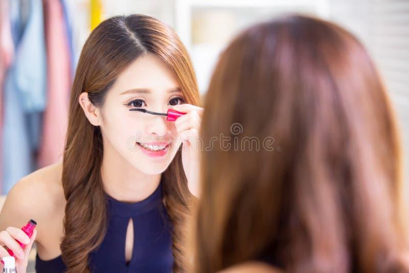 使用染睫毛油的亚裔妇女 免版税库存照片