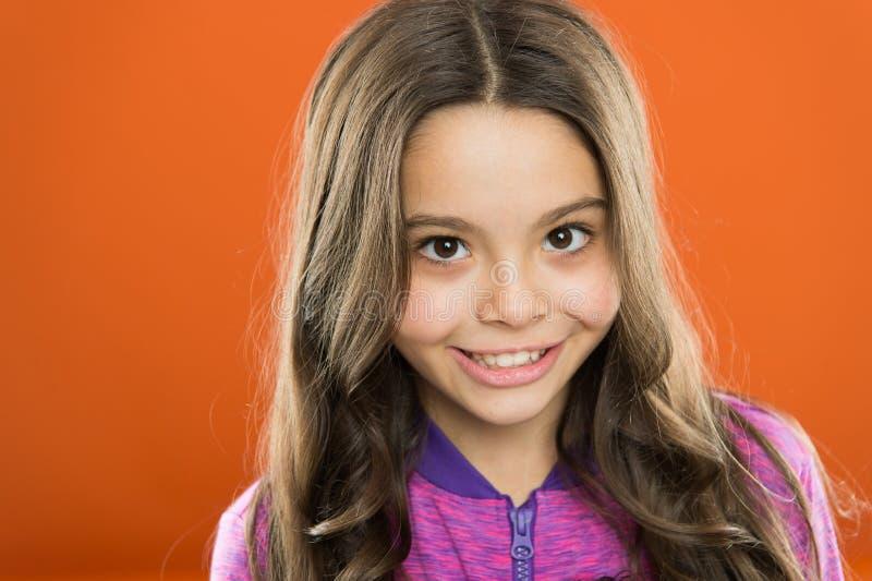 使用柔和的香波和温水 女孩生长长发 教的孩子健康护发习性 严格的头发 免版税库存照片