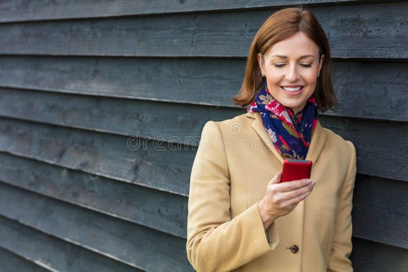 使用流动手机的中世纪妇女 库存照片