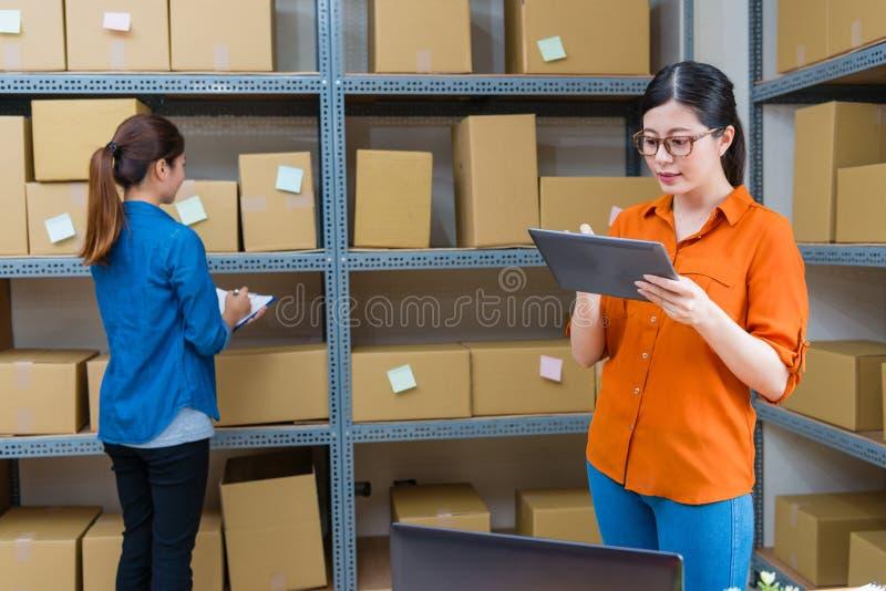 使用流动数字式片剂的端庄的妇女经理 库存图片