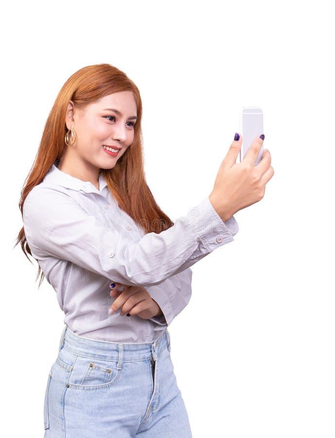 使用流动智能手机的亚裔妇女为selfie、视频聊天、见面时间或者视频通话与笑容 E 库存图片