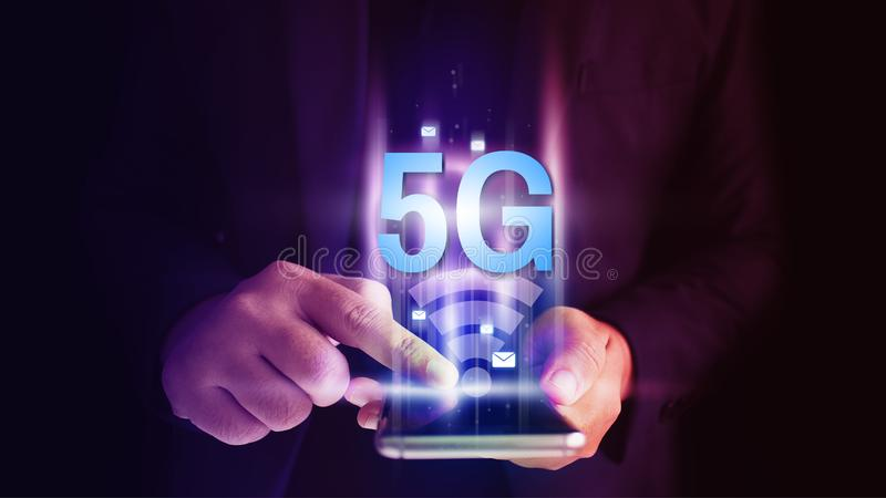 使用流动智能手机的商人有5G在虚屏概念的象流程的 库存图片