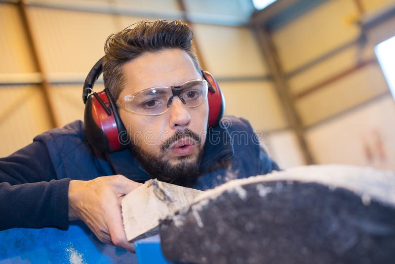 使用测量机的木匠在木匠业方面 库存照片