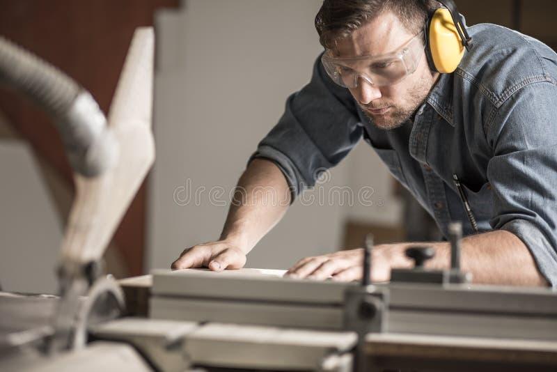 使用测量机的木匠 免版税库存图片