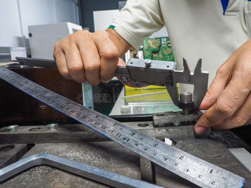 使用测量的工程师和检查项目 免版税图库摄影