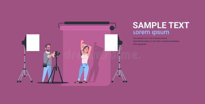 使用照相机人射击美好的性感的妇女模型的专业摄影师摆在现代照相馆内部 向量例证