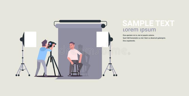 使用照相机射击商人模型的专业摄影师摆在水平现代照相馆的内部 向量例证
