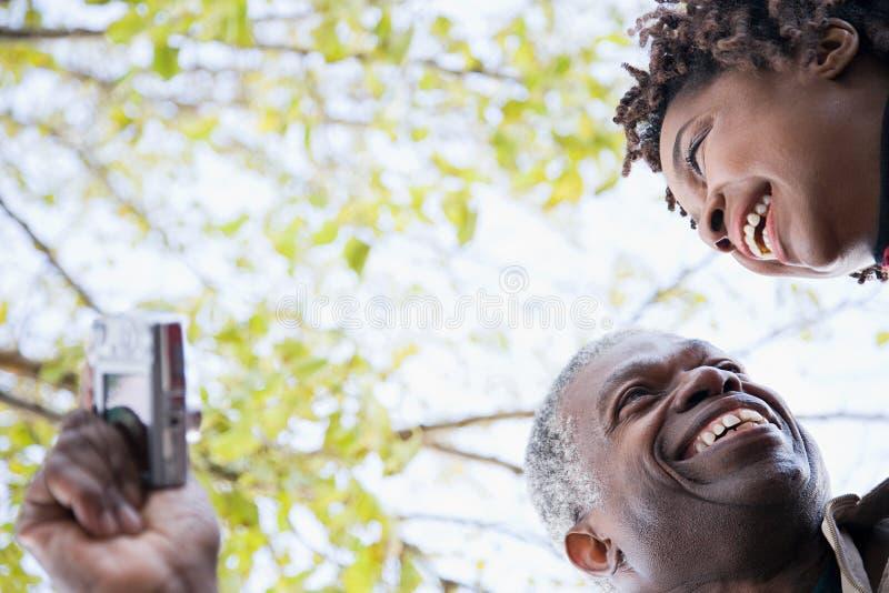Download 使用照相机的一对夫妇 库存照片. 图片 包括有 更加恼怒的, 快乐, 获得, 夫妇, 内存, 目录, 愉快 - 62534290