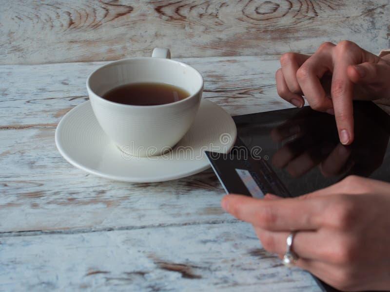使用片剂个人计算机和信用卡的妇女购物 特写镜头 库存照片