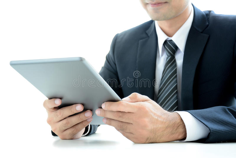 使用片剂个人计算机的商人在桌上 库存照片