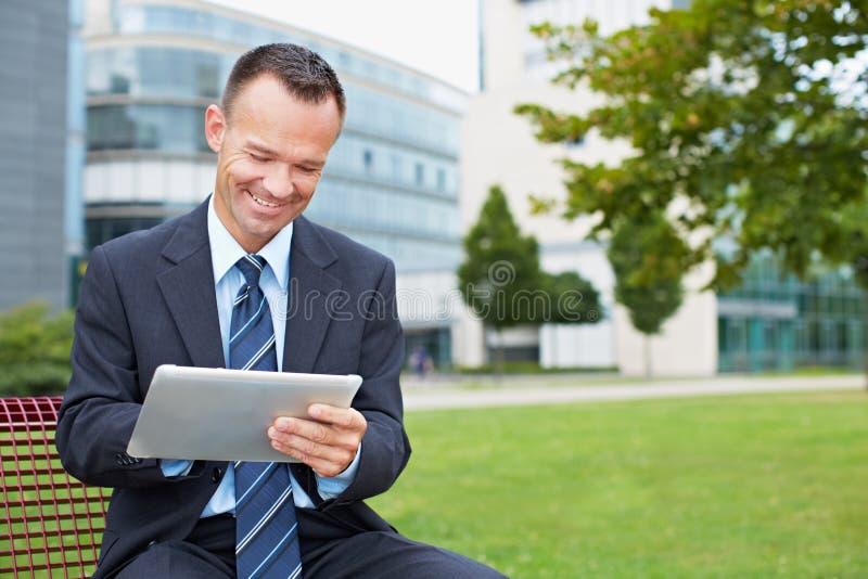 使用片剂个人计算机的商人 免版税库存照片