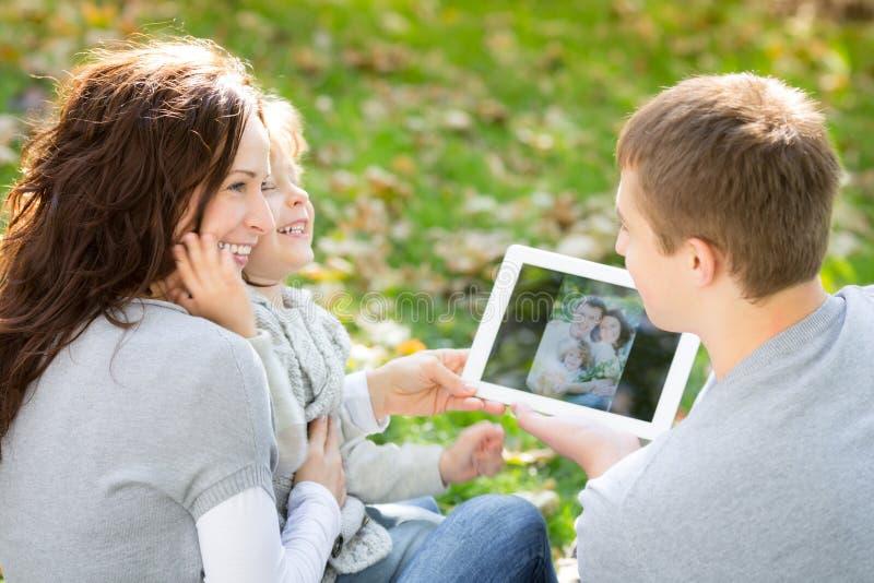 使用片剂个人计算机的家庭 免版税库存照片