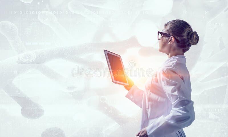 使用片剂个人计算机的科学家妇女 混合画法 混合画法 皇族释放例证
