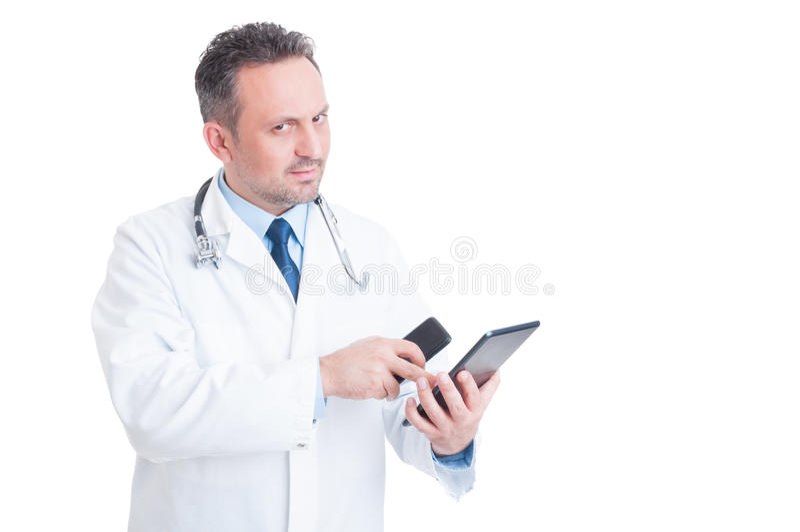 使用片剂和电话的聪明和现代军医或医生 免版税图库摄影