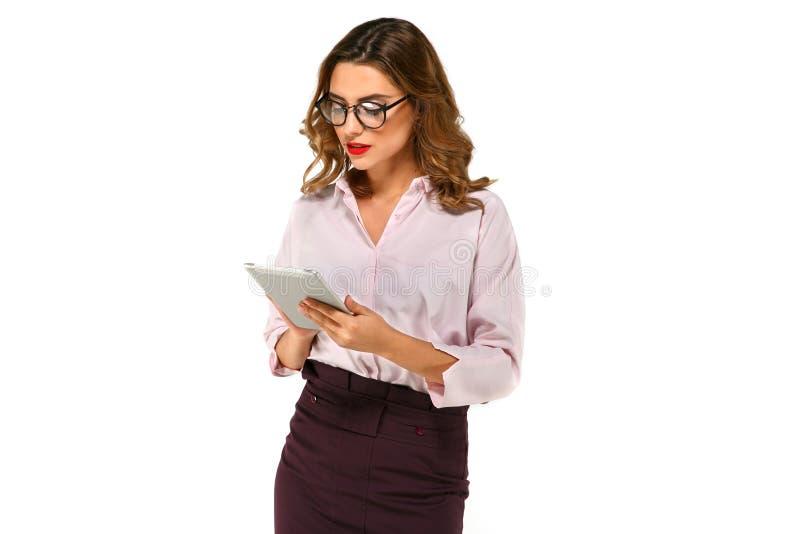 使用片剂的可爱的女商人 免版税图库摄影