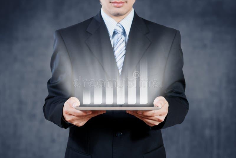 使用片剂的商人有数字式视觉对象的,企业st 免版税库存图片