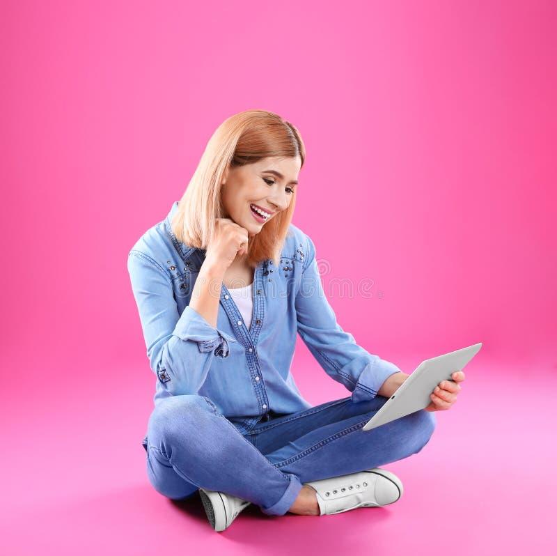 使用片剂的妇女为视频聊天 免版税库存照片