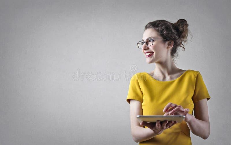 使用片剂的妇女 免版税库存图片