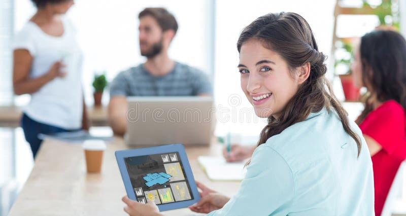 使用片剂的微笑的女实业家的综合图象 免版税库存照片