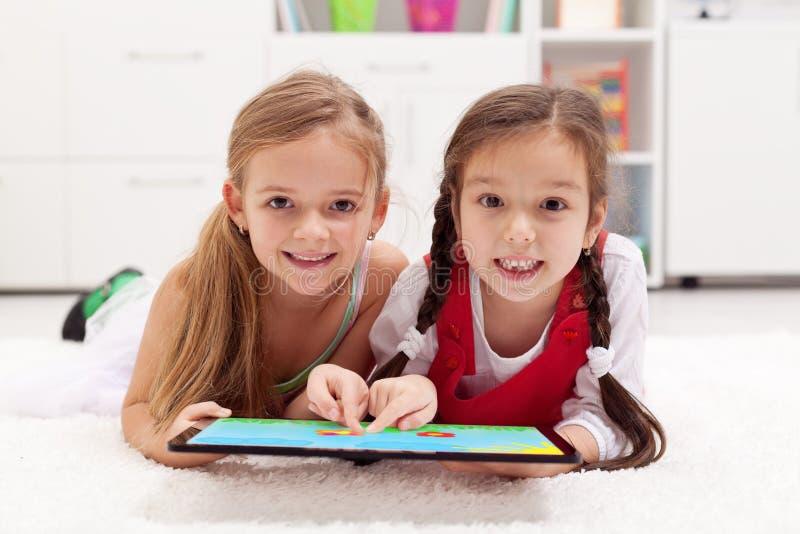 使用片剂计算机的小女孩作为artboard 库存照片