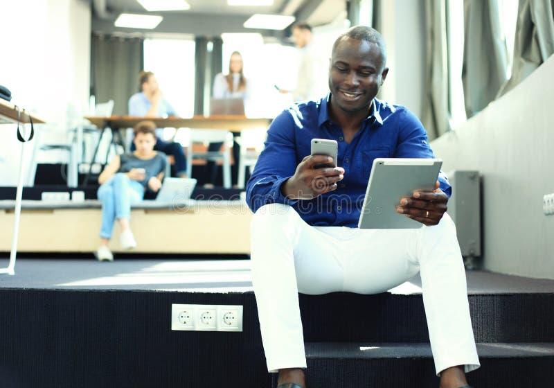 使用片剂计算机的愉快的非裔美国人的企业家 免版税库存照片