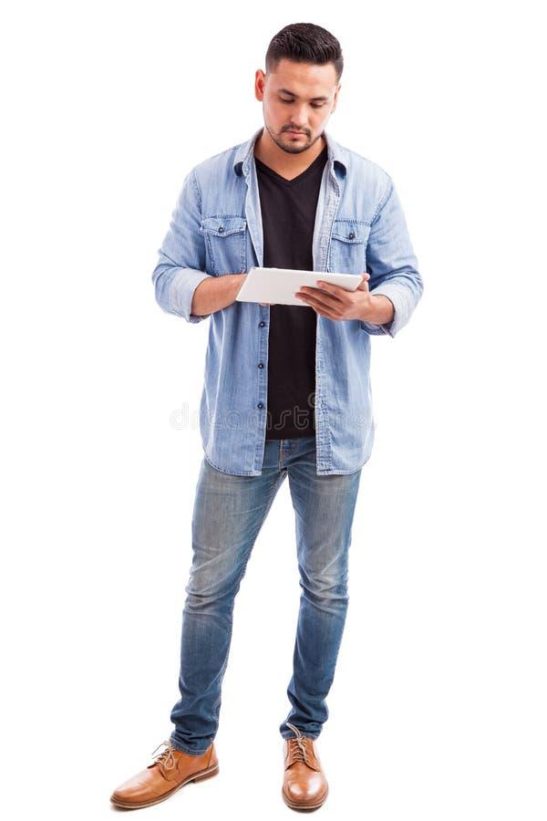 使用片剂计算机的年轻人 库存图片