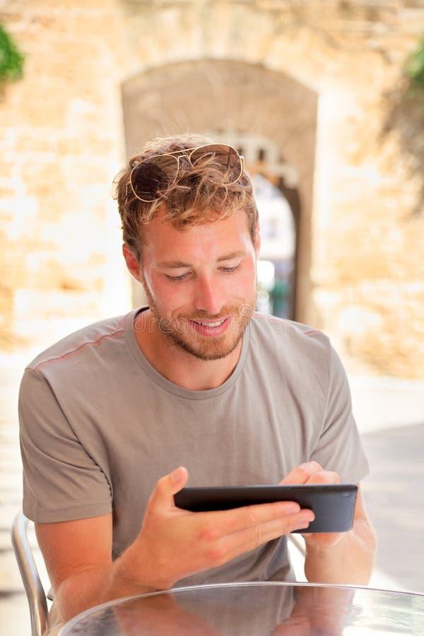 使用片剂4g app的人运转在室外咖啡馆 库存照片