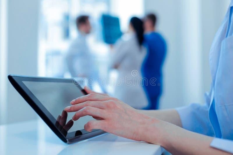使用现代技术的确信的医生在工作 免版税库存图片