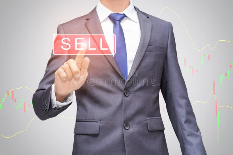 使用现代视觉技术的商人为了换能卖在股市上 免版税库存照片